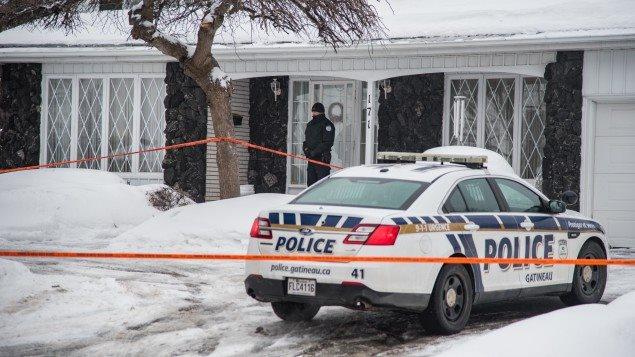 Les policiers ont mis en place un périmètre de sécurité autour de la résidence située au 171, boulevard de la Cité-des-Jeunes, à Gatineau.