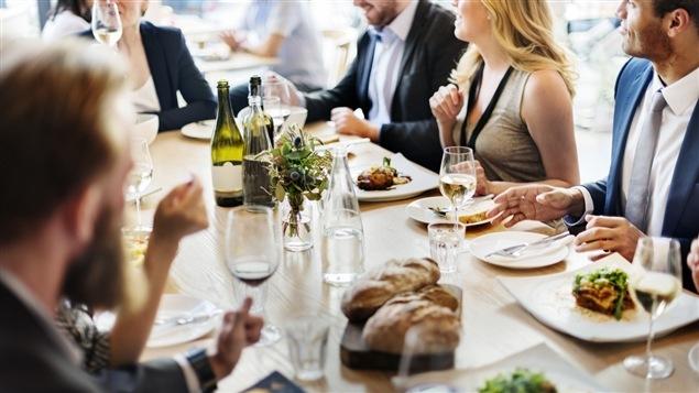 Des clients attablés dans un restaurant