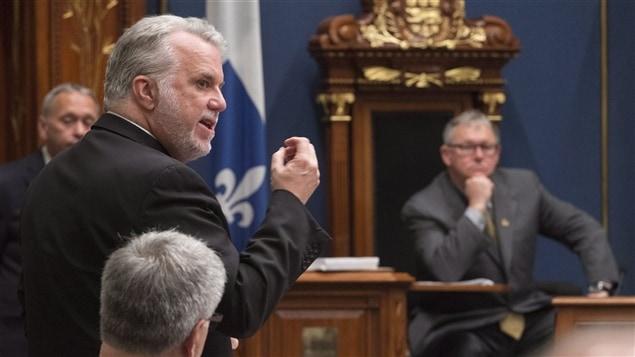 Le premier ministre Philippe Couillard parle lors de la période des questions à l'Assemblée nationale.