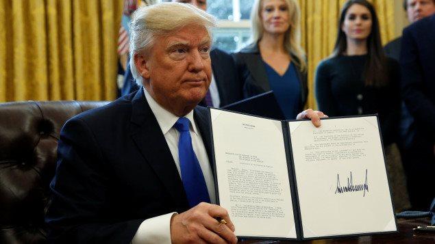 """الرئيس الأميركي دونالد ترامب مبرزاً أمس في البيت الأبيض المرسوم الذي وقعه بشأن إعادة إطلاق مشروع أنابيب النفط """"كيستون اكس ال""""."""