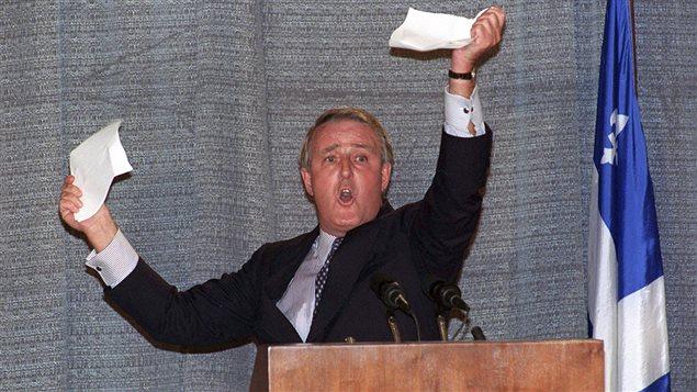 Le 28 septembre 1992, à Sherbrooke, le premier ministre Brian Mulroney déchire un papier pour démontrer qu'un vote négatif mettrait fin aux gains obtenus par le Québec dans l'accord de Charlottetown.
