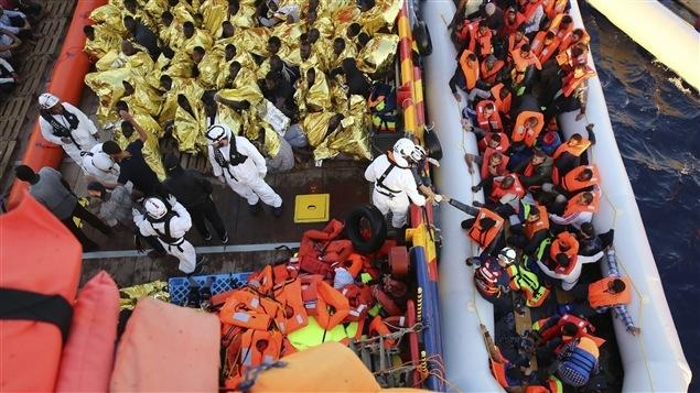 Les migrants lors de leur sauvetage en Méditerranée