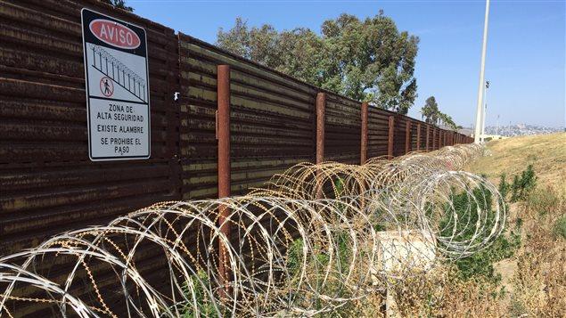 Un mur et des barbelés le long de la frontière entre les États-Unis et le Mexique