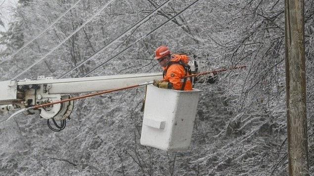 Un des nombreux monteurs de ligne déployés par Énergie NB