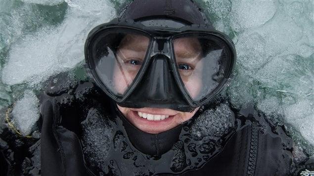 La plongeuse et la photographe Jo-Ann Wilkins à la base d'un glacier en Alaska