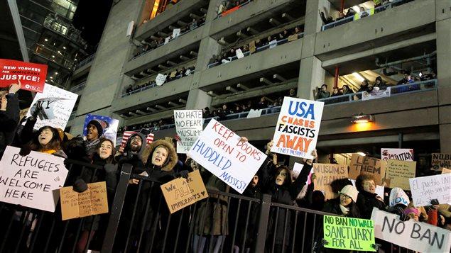 Des manifestants rassemblés pour protester contre le décret anti-immigration imposé par Donald Trump à l'aéroport international John F. Kennedy, New York, 29 janvier 2017