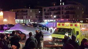 Une ambulance devant le centre culturel islamique de Quebec après la fusillade du dimanche 29 janvier 2017.
