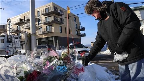 Des citoyens déposent des fleurs et des mots de solidarité à proximité du Centre culturel islamique de Québec pour exprimer leur soutien à la communauté musulmane.