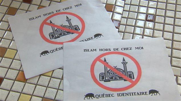 Ces affiches ont été placardées sur trois des cinq mosquées de la ville de Québec en 2014.