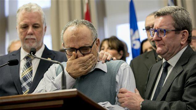 Le premier ministre du Québec, Philippe Couillard (à gauche), Mohamed Labidi, vice-président du Centre Culturel Islamique de Québec (CCIQ) (au centre) et le maire de Québec, Régis Labeaume (à droite)
