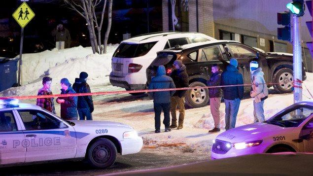 Des voisins près du site de la fusillade