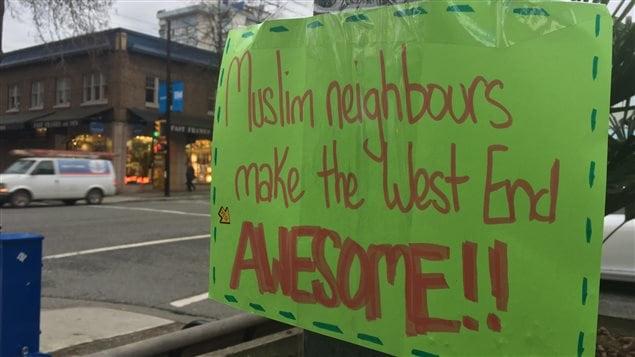Affiche qui se trouve à l'angle des rues Nelson et Davie, à Vancouver.