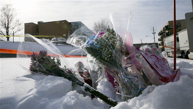 Des fleurs ont été déposées devant la mosquée de Québec. Photo : Radio-Canada