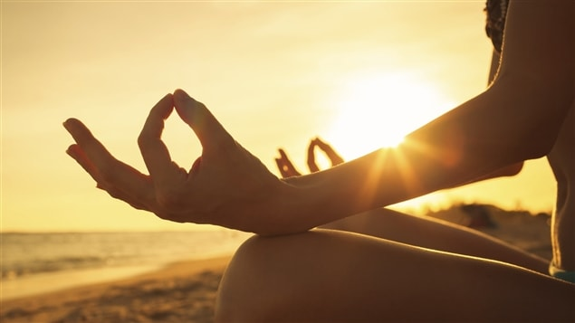 Une femme faisant de la méditation