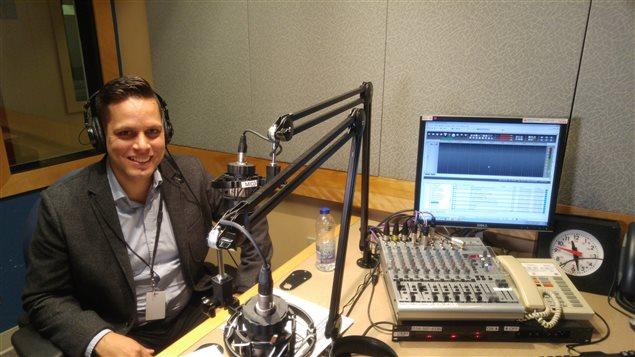 El ingeniero aeroespacial Marc Bustamante en en los estudios de Radio Canadá Internacional.