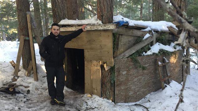 Anthony Paquet devant sa cabane
