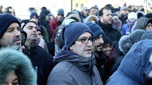 Des personnes attendent avant d'entrer dans l'aréna Maurice-Richard pour les funérailles des victimes de la tuerie de Québec. Photo : Radio-Canada/Laurence Niosi