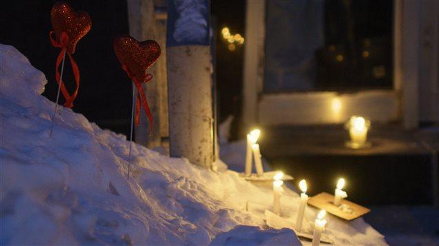 Des chandelles ont été allumées devant la Mosquée de la Capitale à Québec.