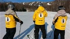 Les guides de montagne sont reconnaissables avec leur manteau jaune marqué de la lettre «I» pour «Information».