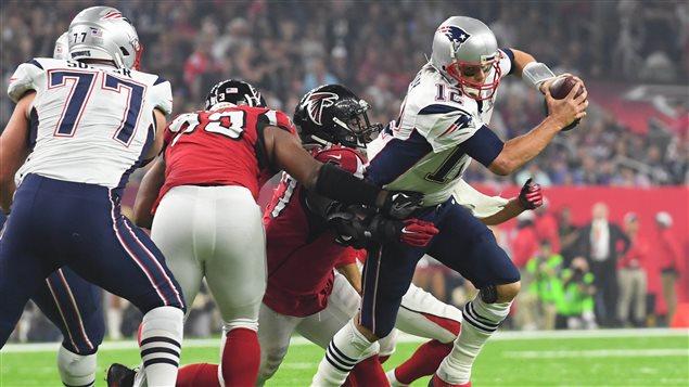 Tom Brady s'échappe avec le ballon lors du Super Bowl du 5 février 2017