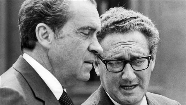 Le secrétaire d'État américain, Henry Kissinger (à dr.), en compagnie du président Richard Nixon