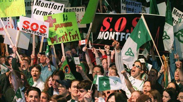 Le 22 mars 1997, des milliers de Franco-Ontariens se sont rassemblés à Ottawa pour protester contre l'annonce de la fermeture de l'hôpital Montfort.
