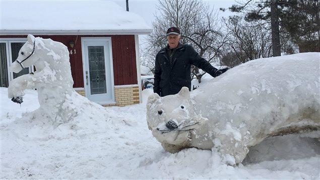 Irenée Leblanc, 84 ans, a confectionné un cheval et un ours devant sa maison de la rue des Hirondelles de Maria