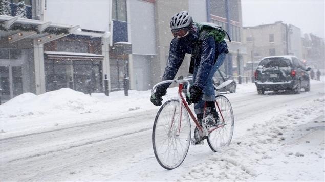Un cycliste en hiver