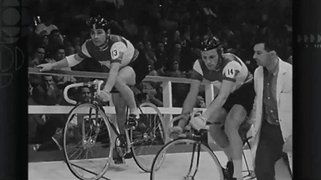 Deux cyclistes sur une piste intérieur.