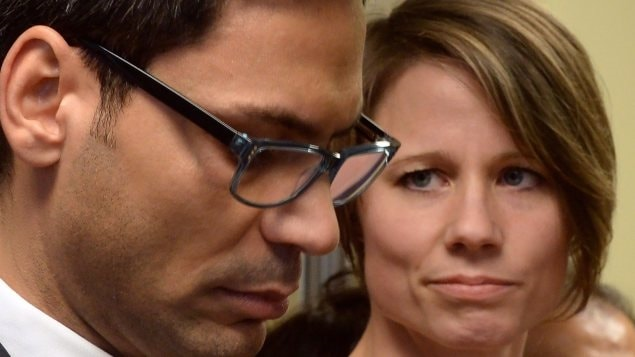 Le député de Laurier-Dorion, Gerry Sklavounos, rencontre la presse en compagnie de sa femme.