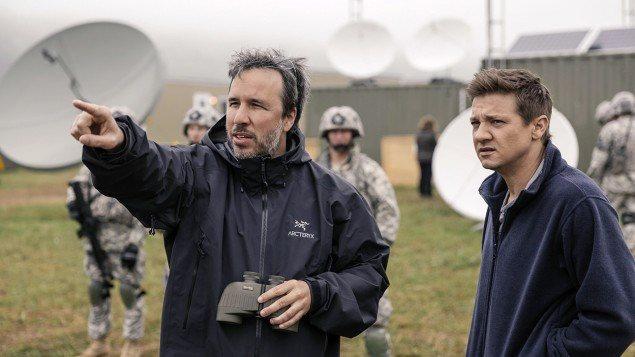 Le réalisateur Denis Villeneuve avec l'acteur Jeremy Renner durant le tournage du film Arrival