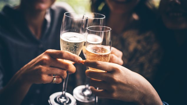 Des amis trinquent avec du champagne.