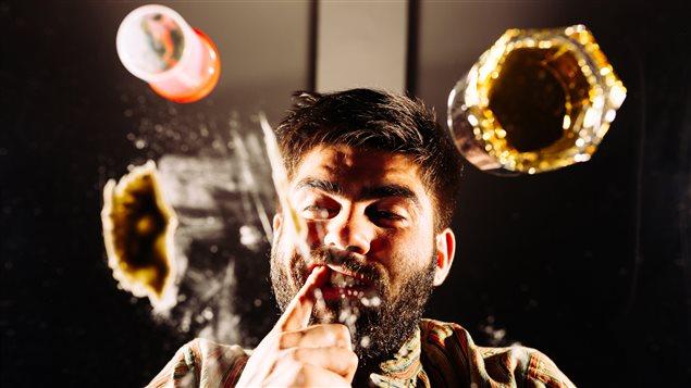Un homme drogué et ses hallucinations