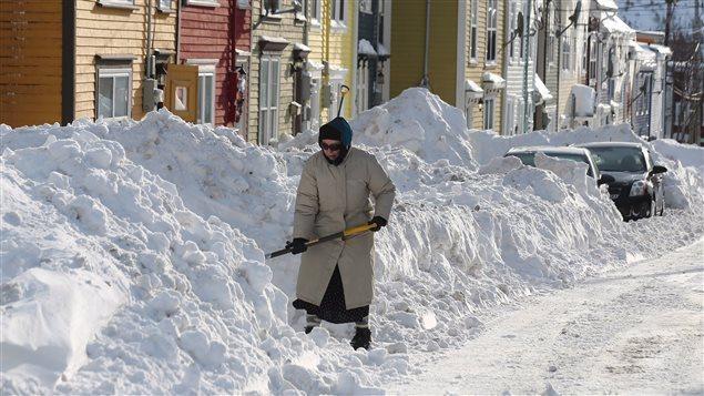 إزالة الثلج من أمام المنازل