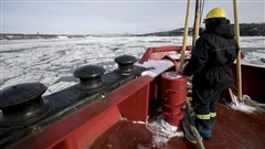 Une crise de confiance fait rage entre la Garde côtière canadienne (GCC) et ses marins qui estiment que l'eau potable des navires pourrait les rendre malades. D'après leur syndicat, la Garde côtière utilise des produits potentiellement toxiques dans ses réservoirs d'eau.