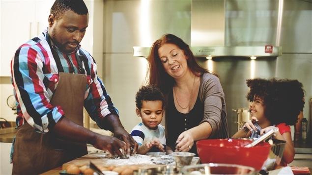 Le livre <i>A New Way to Dinner</i> recommande de préparer le gros des recettes prévues pour la semaine durant la fin de semaine précédente.