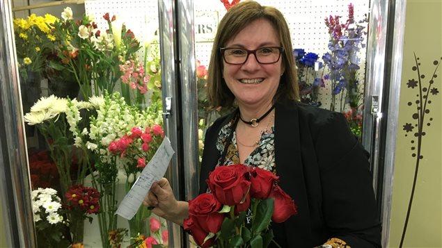 La fleuriste propriétaire d'Agenda Fleuriste à Maria, Colette Dubé, prévoit vendre plus de 1000 roses durant la journée de la Saint-Valentin
