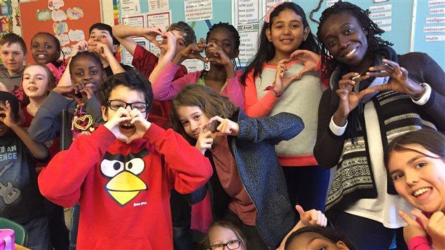 Les élèves de la 5e année et leur enseignante Marième Niang à l'École Précieux-Sang