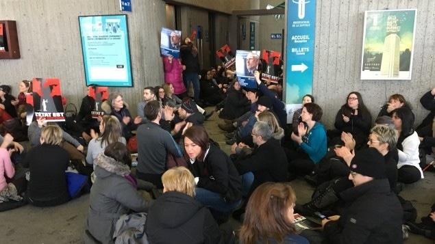 Des dizaines de juristes ralentissent l'arrivée des fonctionnaires à l'édifice Marie-Guyart.