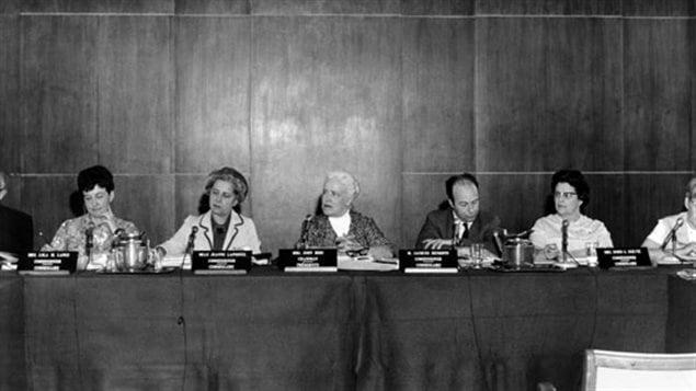 Une photo noir et blanc d'un panel de plusieurs personnes
