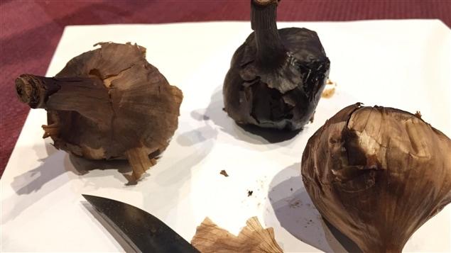 Des gousses d'ail noir