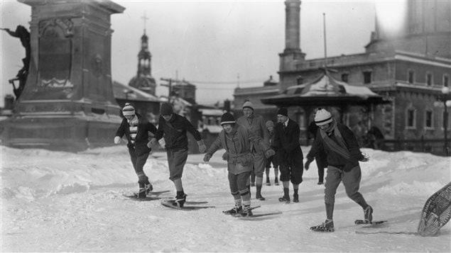Des raquetteurs à Québec, vers 1930