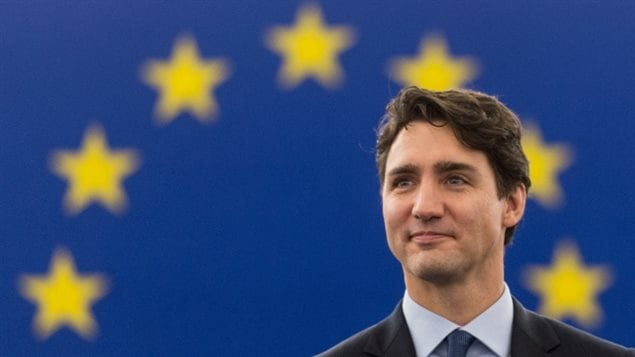 Le Premier ministre Justin Trudeau attend de livrer son discours au Parlement européen à Strasbourg, en France, jeudi. (Patrick Seeger / EPA)