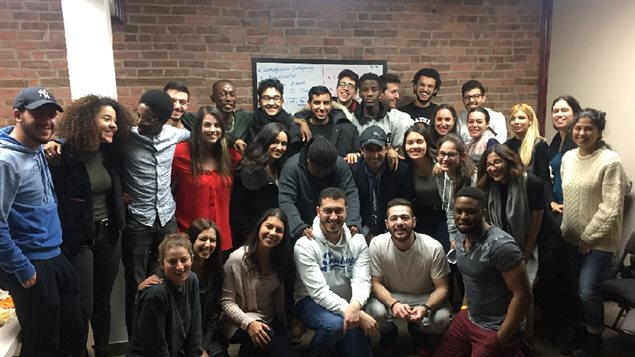 Des jeunes de 16 à 24 ans, de différentes nationalités, discutent des problématiques liées à l'intégration des réfugiés et des nouveaux arrivants au Québec.