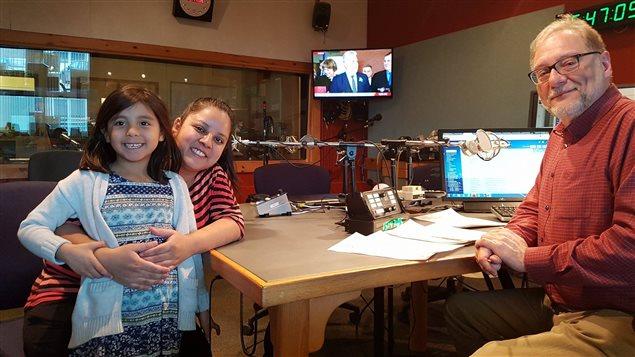 Audrey-Lise McKenzie accompagnée de sa fille et de Michel Plourde, animateur de Boréale 138