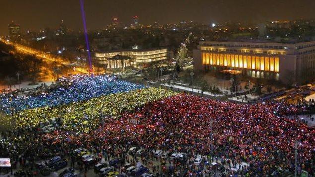 Manifestation devant le siège du gouvernement, place de la Victoire, à Bucarest, contre les décrets controversés sur la corruption, février 2017.