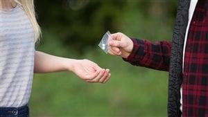 Une jeune fille achète de la drogue.