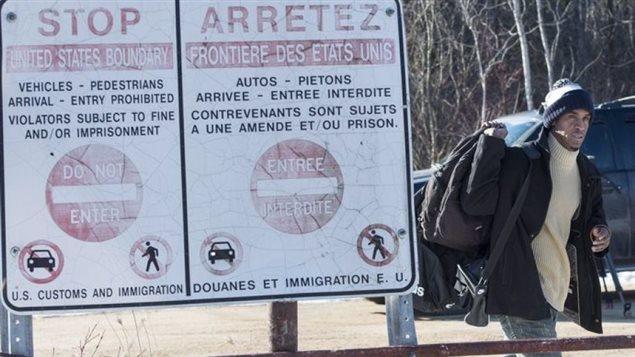 Au cours des dernières semaines, des dizaines de demandeurs d'asile ont traversé illégalement la frontière canado-américaine pour demander le statut de réfugié au Canada.