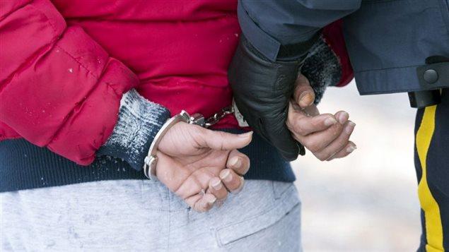 Un jeune yémenite est escorté par un agent de la GRC après avoir traversé la frontière illégalement près de Hemmingford.Photo: Paul Chiasson La Presse canadienne