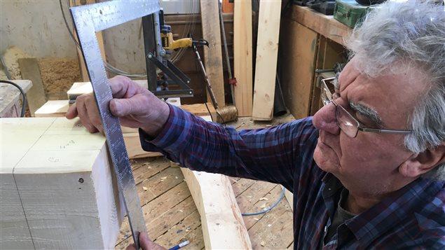 Raynald Murphy, de New Richmond, en pleine confection d'un tenon selon la méthode ancestrale
